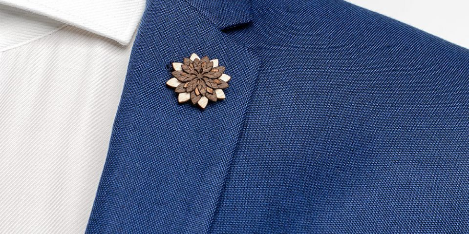 Lapel ornament Illa Flower for men on model